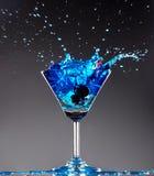 Het blauwe cocktail bespatten stock foto's