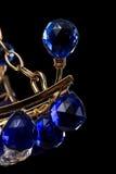 Het blauwe die close-up van de kristalkroonluchter met kettingen op zwarte achtergrond wordt geïsoleerd Royalty-vrije Stock Afbeeldingen