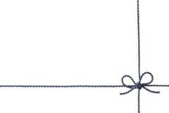 Het blauwe die koord of de streng bond een boog vast op witte achtergrond wordt geïsoleerd stock afbeelding