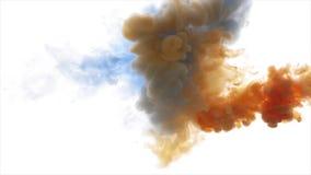 Het blauwe en oranje verfwolk bespuiten stock footage