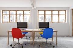 Het blauwe en rode binnenland van het stoelenbureau Stock Fotografie