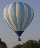 Het blauwe en Witte Gestreepte Opstijgen van de Ballon Stock Afbeelding