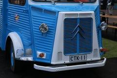 Het blauwe en witte klassieke Franse minivan Type H van CITROËN dichtbij het Maritieme centrum Vellamo Vooraanzicht dichte omhoog stock foto