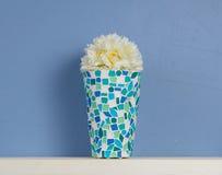 Het blauwe en witte nog-leven met camomiles in vaas stock foto