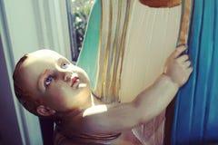 Het blauwe eyed kind die van Jesus moeder bekijken De holdingskind van moedermary Stock Afbeeldingen