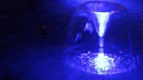 Het blauwe fontein gutsen stock video