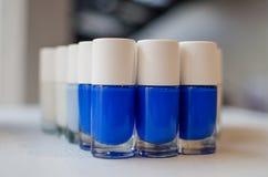 Het blauwe gradatienagellak ontwerpt flessen Stock Foto's