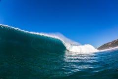 Het blauwe Grote Holle Water van de Golfmuur Stock Afbeelding