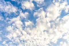 Het Blauwe hemelhoogtepunt met wolk Royalty-vrije Stock Afbeeldingen