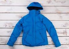 Het blauwe jasje van de wintervrouwen ` s Royalty-vrije Stock Foto