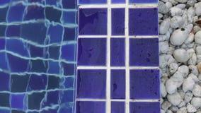 Het blauwe kleivierkant betegelt randen van zwembad stock videobeelden