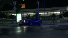 Het blauwe Korvet drijft voorbij het camerascherm bij nacht stock video
