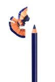 Het blauwe kosmetische potlood scherpen met schil stock foto's