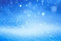 Het blauwe landschap van de Kerstmiswinter met dalende sneeuw Stock Fotografie