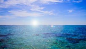Het blauwe licht landschaps achtergrond van de overzeese oppervlakte backlit ochtend Royalty-vrije Stock Foto