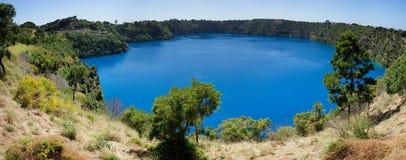 Het blauwe Meerpanorama, zet Gambier, Zuid-Australië op Royalty-vrije Stock Foto