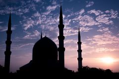 Het Blauwe Moskeesilhouet tijdens zonsopgang stock foto's