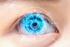Het blauwe oog van de close-up Geavanceerd technisch futuristisch : cataract stock foto