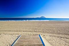 Het blauwe overzees en het eiland in Spanje stock fotografie