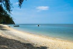 Het blauwe overzees en het zandige strand op het eiland Royalty-vrije Stock Fotografie
