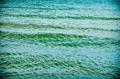 Het blauwe overzees met kleine golven sluit omhoog Stock Foto
