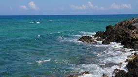 Het blauwe overzees van Kreta en vulkanisch kustpanorama, verpletterende golven stock footage