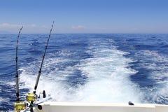 Het blauwe overzeese visserij zonnige dag het met een sleeplijn vissen kielzog van staafspoelen Stock Afbeelding