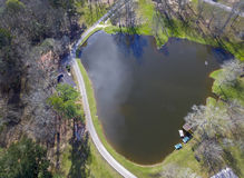 Het blauwe Park van de de Lentesstaat - Visserijvijver Stock Foto's