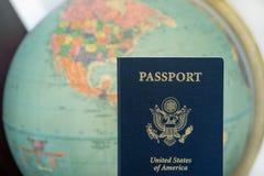 Het blauwe paspoort van Verenigde Staten met kaartachtergrond stock fotografie