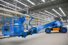 Het blauwe perspectief van de boomlift binnen Stock Foto