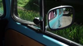 Het blauwe retro bus drijven stock video