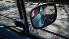 Het blauwe retro bus drijven stock footage