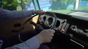 Het blauwe retro bus drijven stock videobeelden