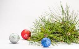 Het blauwe, rode, zilveren close-up van de Kerstmisbal tegen pijnboomnaalden B Stock Fotografie