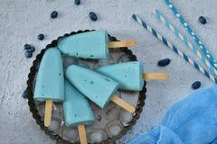 Het blauwe roomijs knalt met bosbessenvruchten op witte achtergrond Koel verfrissend turkoois Italiaans dessert Ruimte voor tekst stock foto
