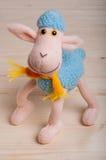 Het blauwe stuk speelgoed schaap is een symbool van 2015 Stock Foto