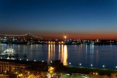Het blauwe uur van de zaterdagnacht bij de Rivier van de Mississippi in Baton Rouge stock fotografie