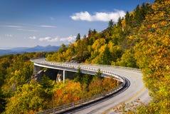 Het blauwe Viaduct Noord-Carolina van de Inham van Linn van het Brede rijweg met mooi aangelegd landschap van de Rand Stock Foto's
