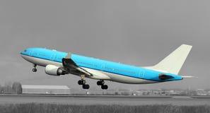 Het blauwe vliegtuig opstijgen Stock Foto's