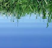 Het blauwe water en denkt na Royalty-vrije Stock Afbeelding