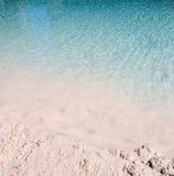 Het blauwe water golft zandig strand royalty-vrije stock afbeeldingen