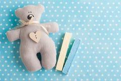 Het blauwe wit speelt achtergrond met teddybeer mee Stock Foto