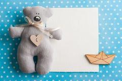 Het blauwe wit speelt achtergrond met teddybeer mee Royalty-vrije Stock Foto