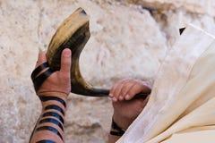 Het blazen in shofar. Stock Fotografie