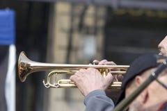 Het blazen van zijn trompet Royalty-vrije Stock Fotografie