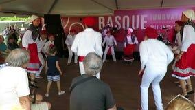 Het blije Dansen aan Baskische Muziek stock video