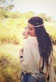 Het blije de het meisjesportret, gekleed in gebreide poncho en hoofdband van de bohostijl hebben een pret tegen zonnig de herfstp royalty-vrije stock fotografie
