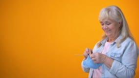 Het blije gepensioneerde vrouwelijke breien, hobby en vrije tijd, regeringshulp stock video