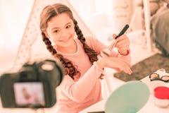 Het blije meisje die van Nice een videoblog hebben stock foto