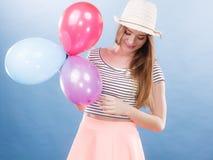 Het blije meisje van de vrouwenzomer met kleurrijke ballons Stock Foto